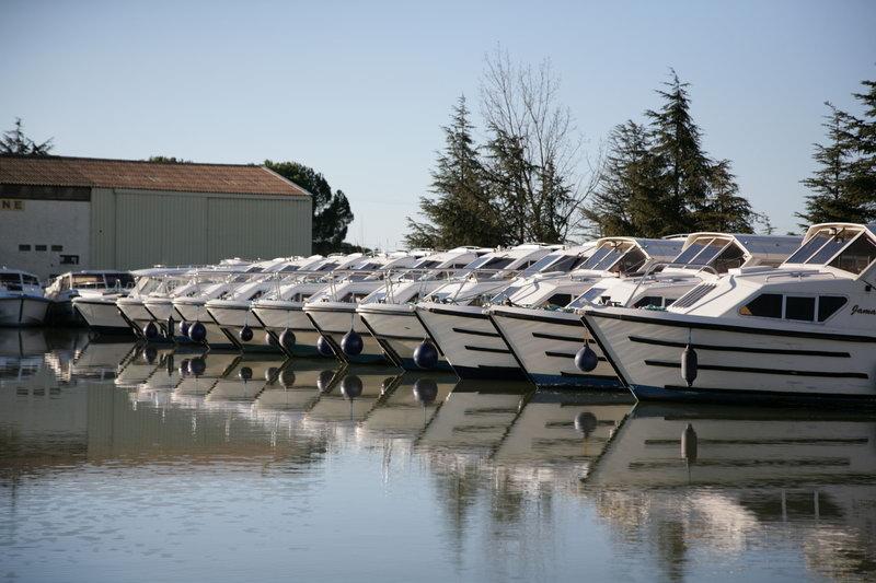 le canal du midi en languedoc la location de bateau. Black Bedroom Furniture Sets. Home Design Ideas